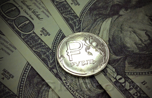 Доллар ослаб, рубль пока остается сильным