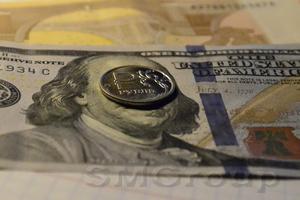 Рубль снижается, но внешний фон остается позитивным