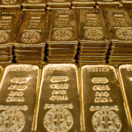 Цены на золото начали снижаться, но остались близко к пику за две недели